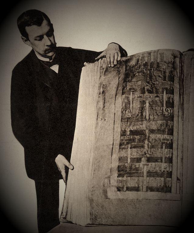 Φωτογραφία του 1929, στην οποία διακρίνεται το μέγεθος του βιβλίου