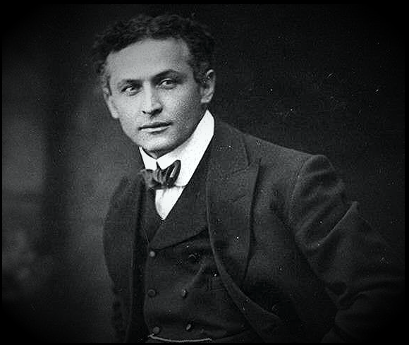 Harry Houdini (24/04/1874 - 31/10/1926)