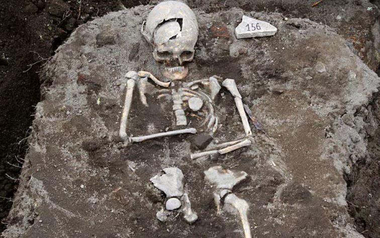 Σκελετός με σιδερένιο καρφί στο στήθος, το οποίο υποτίθεται ότι θα εμπόδιζε τον νεκρό να βρυκολακιάσει. Ανακαλύφθηκε στη Βουλγαρία