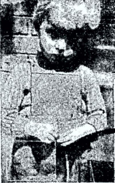 Η Τζίνετ στο στοιχειωμένο σπίτι. Το κεφάλι του νεκρού θείου της διακρίνεται στην τσέπη της ποδιάς της.