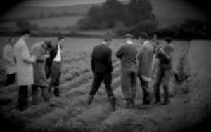Σχηματισμός παράξενου κρατήρα σε αγρό της Αγγλίας, το 1963...