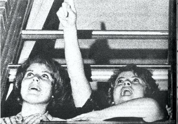 Φοιτήτριες του Κολλεγίου του Hillsdale του Μίσιγκαν, στέκονται σ' ένα παράθυρο των κοιτώνων τους απ' το οποίο, όπως είπαν, είδαν ένα Α.Τ.Ι.Α. το οποίο παρατηρούσαν επί αρκετές ώρες της νύχτας της 21ης Μαρτίου 1966