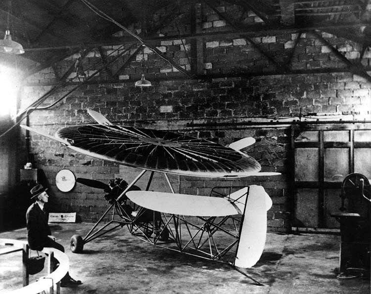 Ο Jonathan Caldwell με μία από τις μυστηριώδεις πτητικές μηχανές που σχεδίαζε (1937)