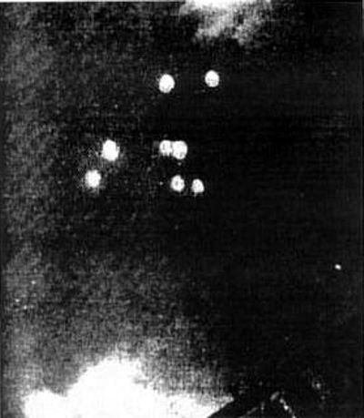"""Οκτώ παράξενα ιπτάμενα αντικείμενα, όπως φωτογραφήθηκαν στην Tulsa της Οκλαχόμα, στις 12 Ιουλίου του 1947. Η φωτογραφία δημοσιεύθηκε στην εφημερίδα """"Daily World""""."""