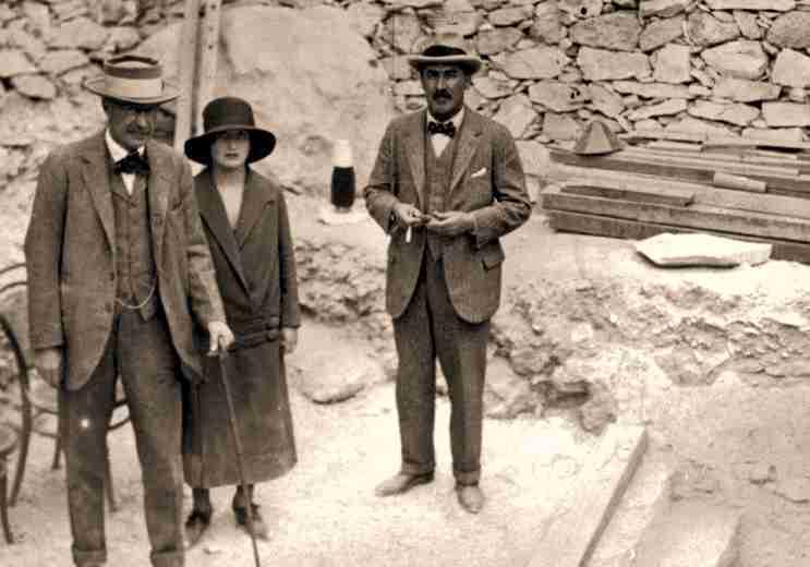 Ο Λόρδος Carnarvon (αριστερά) μαζί με την κόρη του Λαίδη Evelyn Beauchamp και τον Howard Carter