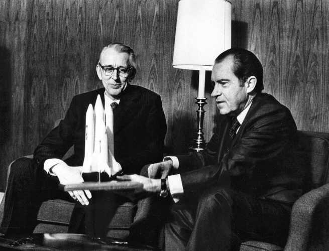 Ο Δόκτωρ James C. Fletcher (αριστερά) μαζί με τον Αμερικανό Πρόεδρο Richard Nixon