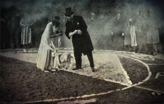 Ο Harry Price μαζί με την Urta Bohn κατά τη διάρκεια του πειράματος