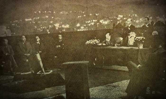 Η σεάνς, που πραγματοποιήθηκε στην ταράτσα του ξενοδοχείου Knickerbocker, στο Hollywood