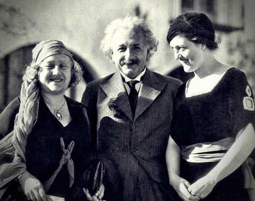 O Albert Einstein μαζί με τη σύζυγό του και την Gene Dennis (δεξιά)
