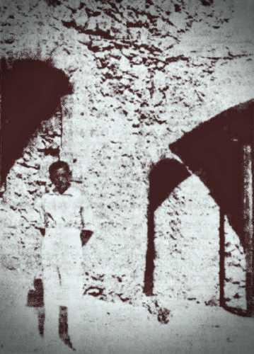 Η είσοδος των κελιών των δημίων, στο Μπούρτζι. Ο εικονιζόμενος είναι ο ενοικιαστής του κάστρου, Παναγιώτης Κωστούρος, 1932