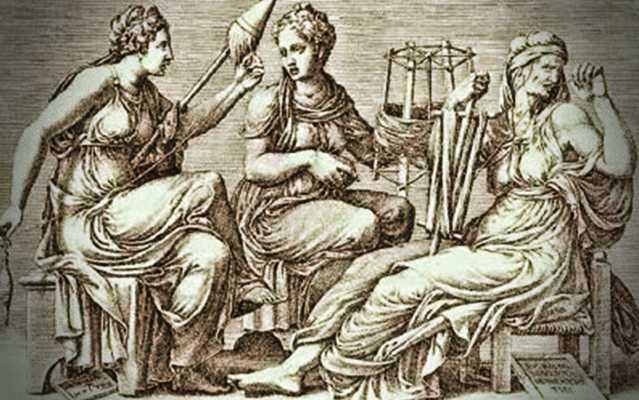 Οι Μοίρες: η Κλωθώ, που γνέθει το νήμα της ζωής και συμβολίζει το παρόν, η Λάχεσις, που ξετυλίγει το νήμα, καθορίζει τι θα λάχει στον καθένα και συμβολίζει το παρελθόν, ενώ η τρίτη, η Άτροπος, που κόβει το νήμα, όταν έρθει η κατάλληλη ώρα και συμβολίζει το μέλλον.