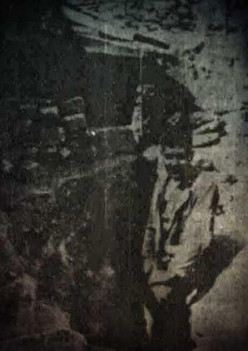 Ο ιδιοκτήτης του σπιτιού, όπου γίνονταν οι ανασκαφές, στην είσοδο της κατακόμβης