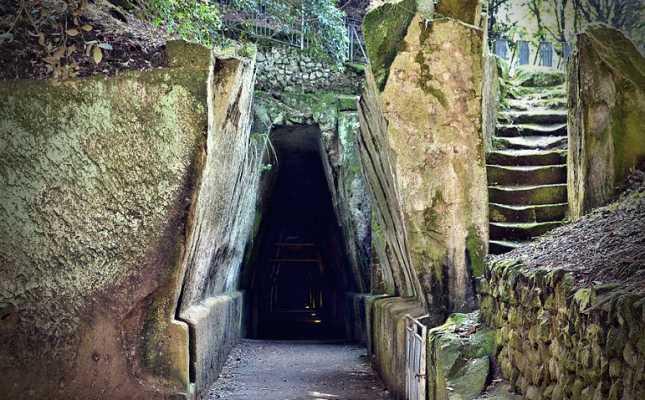 Η είσοδος του Σπηλαίου της Κυμαίας Σίβυλλας