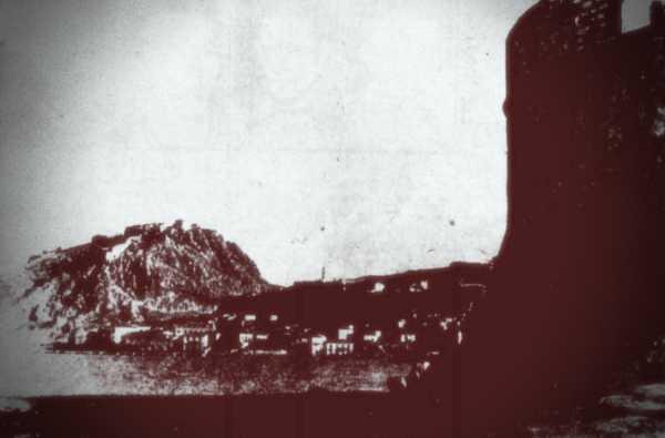 Το Παλαμήδι, σε φωτογραφία του 1934, τραβηγμένη από το Κάστρο του Μπούρτζι (δεξιά)