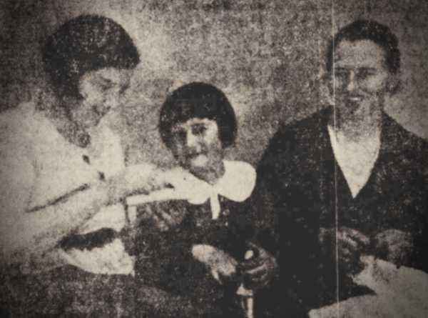 Η Ilga με τη μητέρα της (δεξιά) και τη νονά της (αριστερά)