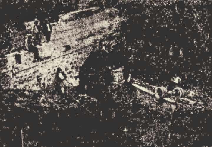 Το στοιχειωμένο γεφύρι του Πικερμίου. Κάτω δεξιά φαίνεται αναποδογυρισμένο το λεωφορείο.