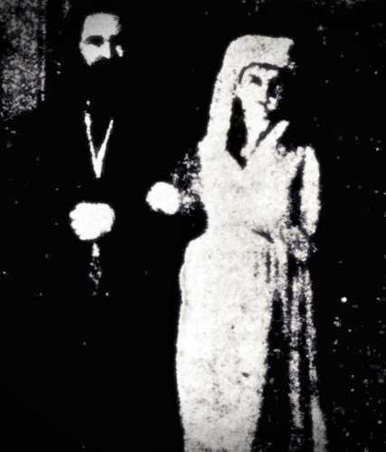 Η περίφημη φωτογραφία από τη συλλογή του Sir Arthur Conan Doyle, στην οποία διακρίνονται ο Sir William Crookes μαζί με την εκτοπλασματική μορφή της Katie King