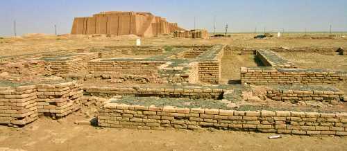 Τα ερείπια της Ουρ, με το Ζιγκουράτ να διακρίνεται στο βάθος
