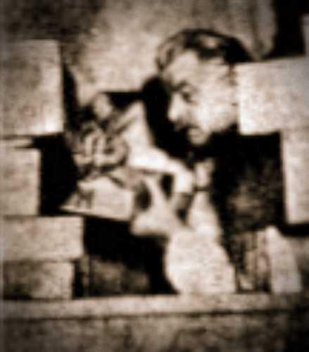 Ο Hugo Ibscher (28/09/1874 - 26/05/1943) εν μέσω των κουτιών των πανάρχαιων παπύρων του