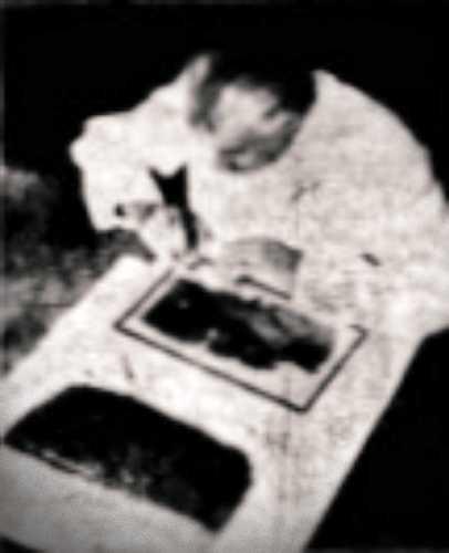 Ο Hugo Ibscher συγκολλώντας τα τεμάχια των κατεστραμμένων παπύρων