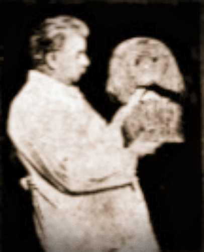 Ο Hugo Ibscher κρατώντας τη νεκρική μάσκα της νεαρής Αιγύπτιας
