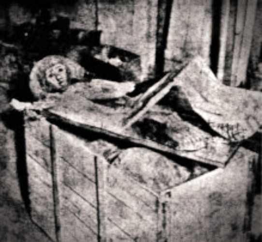 Η μούμια της νεαρής Αιγύπτιας, όπως αποστάλθηκε στον Γερμανό παπυρολόγο Hugo Ibscher