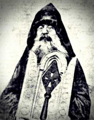 Αρμένιος Επίσκοπος, κρατώντας αρχαιότατο Ευαγγέλιο και τη Λόγχη, με την οποία, όπως αναφέρει η παράδοση, εκεντήθη ο Ιησούς