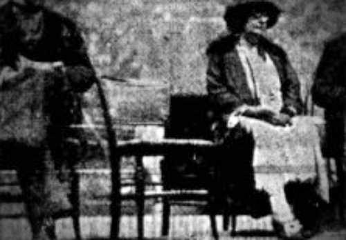 Φωτογραφία από την κηδεία του Sir Arthur Conan Doyle, στην οποία διακρίνεται η κενή θέση δίπλα στη χήρα του, Jean Elizabeth Leckie