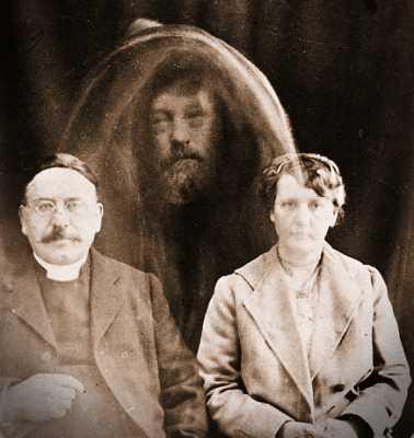 Ο Αιδεσιμότατος Charles Lakeman Tweedale (αριστερά) μαζί με τη σύζυγό του, σε φωτογραφία που τράβηξε ο William Hope και στην οποία φέρεται να εμφανίζεται το πρόσωπο ενός πνεύματος