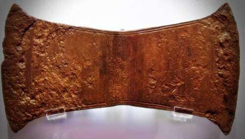 Διπλός χρυσός πέλεκυς, όπως εκτίθεται στο Αρχαιολογικό Μουσείο Ηρακλείου