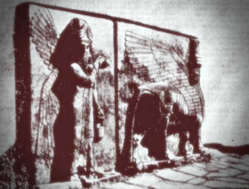 Υπερμεγέθη ανάγλυφα, που κοσμούσαν την πύλη της Ντουρ-Σαρουκίν και παρίσταναν έναν φτερωτό ανθρωπόμορφο ταύρο και έναν φτερωτό θεό