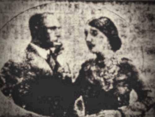 Σπάνια φωτογραφία που απεικονίζει τη Maria Mattaloni (δεξιά) σε κατάστασης ύπνωσης