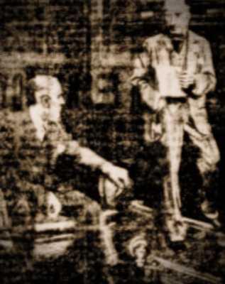 Φωτογραφία της εφημερίδας, στην οποία απεικονίζεται ο ιδιοκτήτης του πύργου, ο Αμερικανός εκατομμυριούχος Τζον Κινγκ (αριστερά) να δίνει συνέντευξη σε δημοσιογράφο