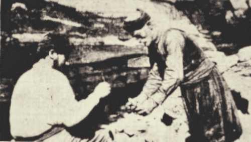 Ο Νικόλας Δαγκαρολάκης (δεξιά) ανάβοντας το λυχνάρι του στην είσοδο του ιστορικού σπηλαίου