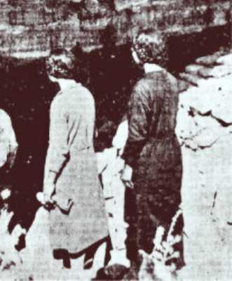 Οι δυο νεαρές Κρητικοπούλες μπροστά στην είσοδο του σπηλαίου της Μεσσαράς