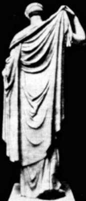 Η Άρτεμις, σύμβολο της παρθενικής αγνότητας των αρχαίων Ελληνίδων, προσδένουσα με φιλαρέσκεια την πόρπη του ιματίου της (Μουσείο του Λούβρου)
