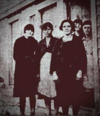 Από αριστερά προς τα δεξιά: Μαρία Στραβαρίδου, Μαρία Κούμουτζη και η Ελένη Παπουτσιδάκη. Στην πόρτα διακρίνονται οι μαθήτριες της Παπουτσιδάκη, Βασιλική Μπατάγια κσι Ευαγγελία Σακκαλή.