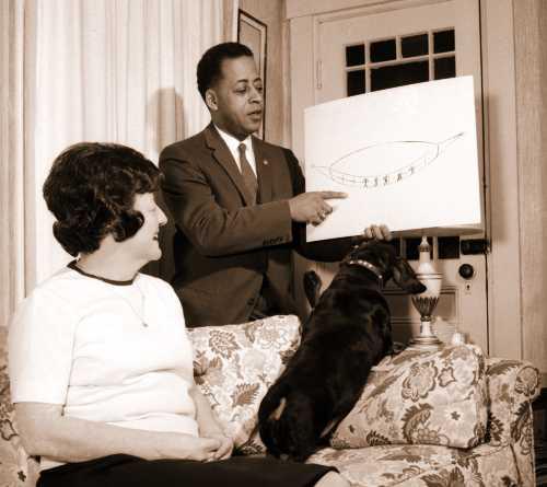 Ο Barney Hill, παρουσιάζοντας ένα σκαρίφημα του σκάφους που είδε με τη σύζυγό του Betty, τη νύχτα της 19ης Σεπτεμβρίου του 1961