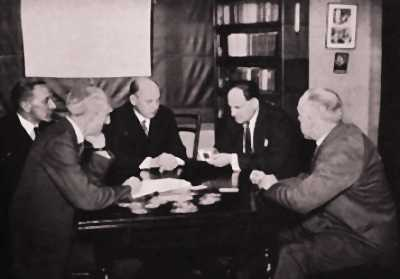 Ο Samuel Soal (στο κέντρο) κατά τη διάρκεια διεξαγωγής πειράματος με κάρτες